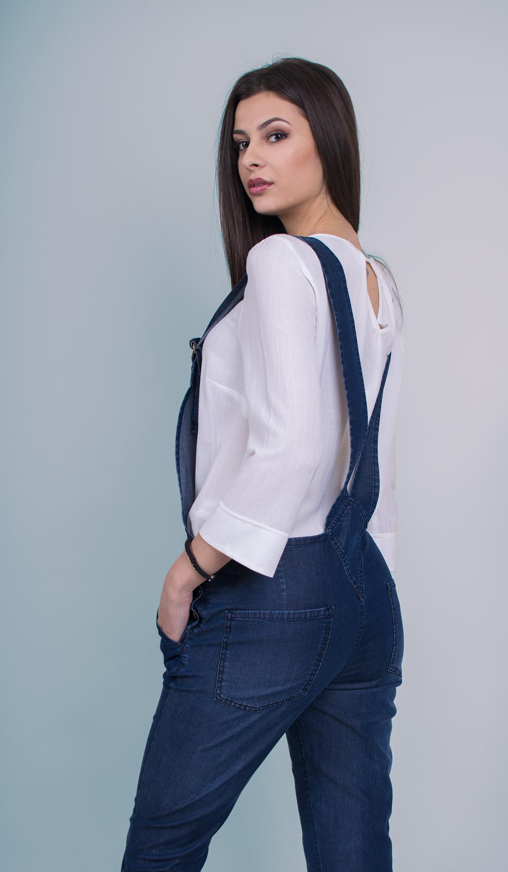 Бяла блуза с гащеризон